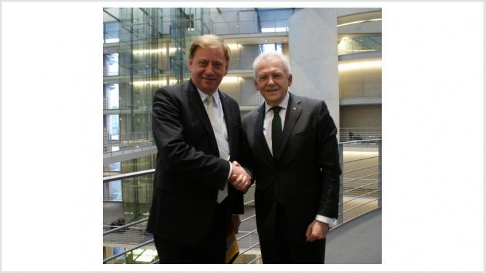 Gädechens gemeinsam mit dem Vorstandsvorsitzenden der Deutschen Bahn Dr. Rüdiger Grube